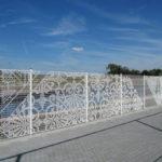 Красивый забор из металлической сетки